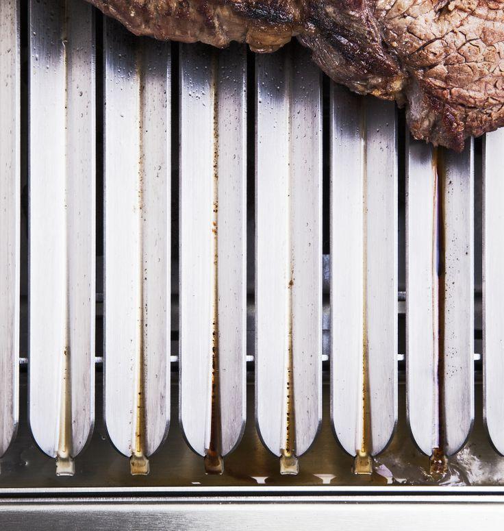 Speciální konstrukce roštu u grilu zabraňuje přepalování tuku z masa. Vše odteče mimo topeniště do speciální nádoby.