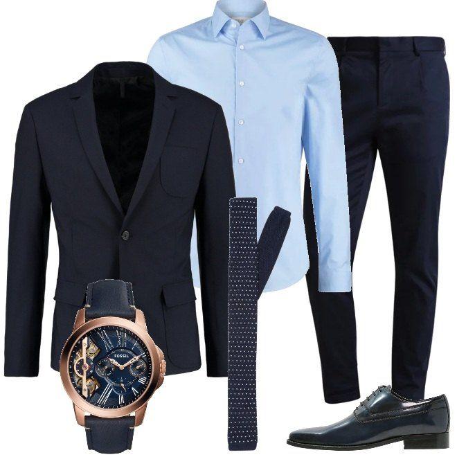 Colori e linee classiche per la proposta da cerimonia, composta da giacca e pantaloni blu, abbinati ad una camicia celeste e ad una cravatta con piccoli disegni. Le scarpe sono delle stringate sempre blu e un orologio che è quasi un gioiello completa la composizione.