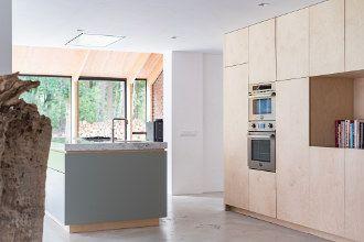 keuken op maat door nieuwamsterdamsontwerp.nl  wandkast van berken multiplex, 10 mm marmeren blad van Bianco Carrara