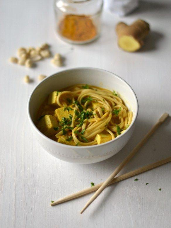 Caril com sabores tailandeses de noodles, tofu e amendoim - Compassionate Cuisine