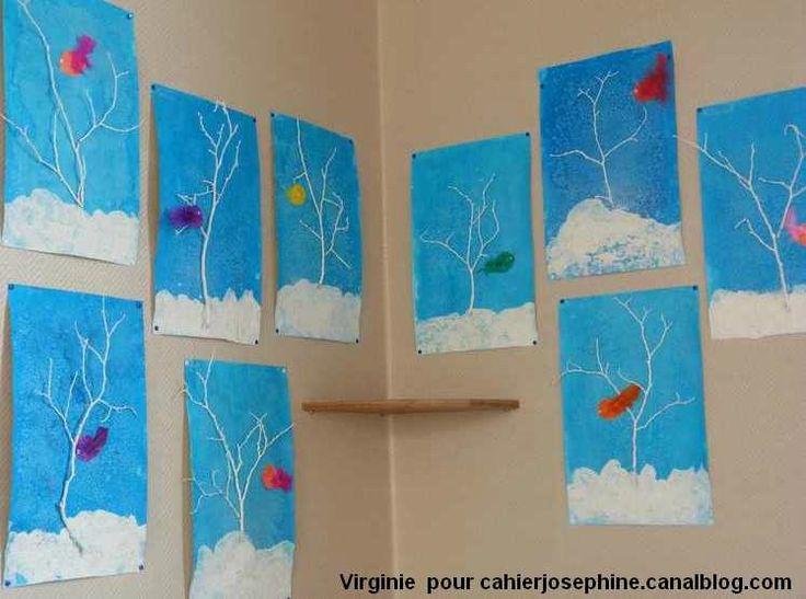 Les arbres d'hiver  Peinture par les enfants de branches à la peinture blanche Pour le ciel: encre bleue + gros sel Pour la neige: peinture blanche saupoudrée aussitôt avec de la farine et pour finir un petit zozio colorié avec une couleur vive et une jolie plume.