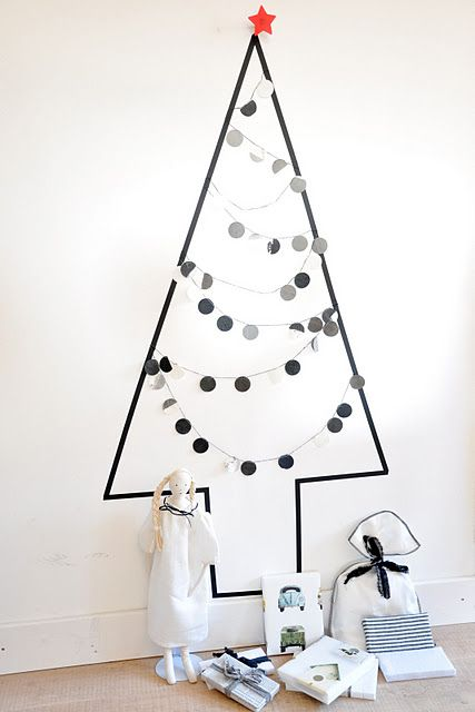 black and white Xmas decor / Easy christmas Tree     The Fabulous Garlands: Sophie Cuvelier  http://www.sophiecuvelier.blogspot.ch/search/label/C%20%2F%20Fabulous%20VITRINES: