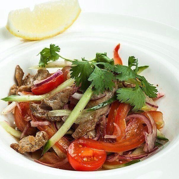 Salad with beef and tomatoes