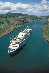 Navio-de-cruzeiro-passa-pelo-Canal-do-Panama
