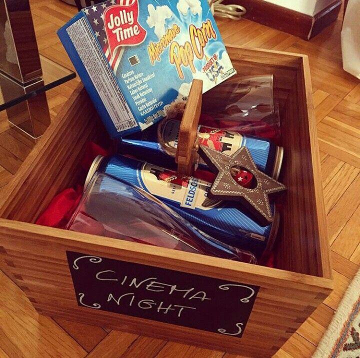 """Regalo di Natale, """"per una serata di HomeCinema"""" Contenitore Variera Ikea, Contenuto: 2 Birre Feldschlössen 500 ml, 2 bicchieri da birra, una confezione di popcorn per microonde.  Tutto confezionato con amore!"""