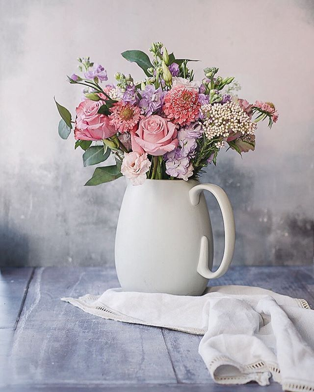 I love the colours of this @bloomandwild Secret Garden bouquet - it might be one of my favourites from their range so far. This pale blue jug is a present from friends many years ago - I think it is from the @verawanggang homeware range.