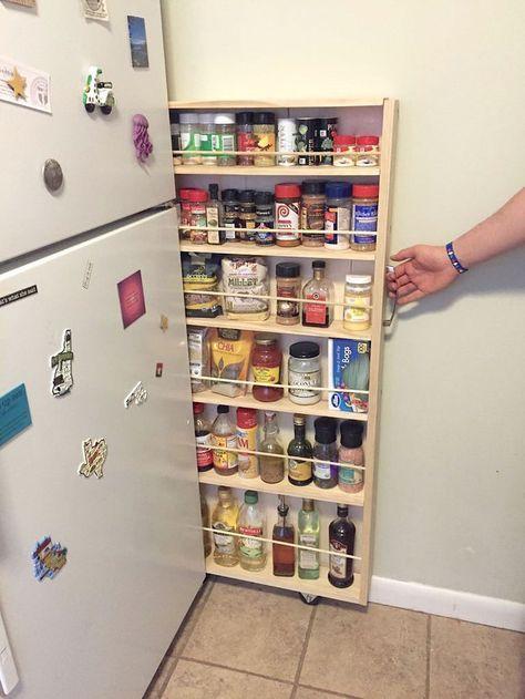 Desliza una alacena rodante en el espacio extra al lado del refrigerador. | 23 Maneras ingeniosas de organizar un apartamento diminuto