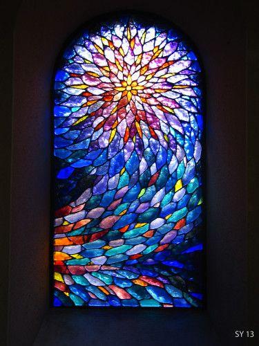 Vitrail- meditation (Vitraux-Deniau). On peut voir ce vitrail à la chapelle St Roch de Noailhac sur le chemin des pèlerins de St Jacques de Compostelle en Aveyron, France.