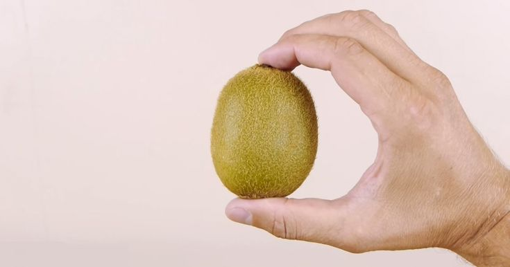 How to peel a kiwi in just three seconds. This is ingenious!
