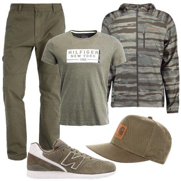 Outfit semplice facile da indossare e da abbinare. Pantaloni modello cargo verde oliva abbinati a una t-shirt dello stesso colore. Sopra una giacca a vento fantasia camouflage nei toni del grigio e del verde. Sneakers e cappellino abbinati.