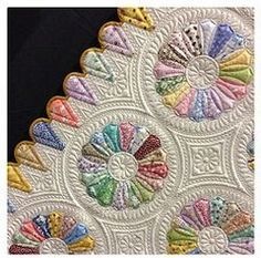 Dresden Plate quilt closeup. Just adore the edging as well as the quilting.