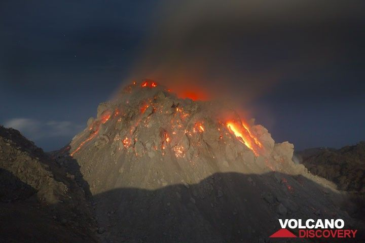 The new growing lava dome of Paluweh volcano, Flores Sea, Indonesia (Photo: Tom Pfeiffer)