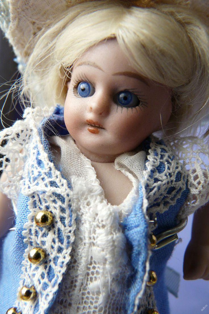 Malá starožitná panenka