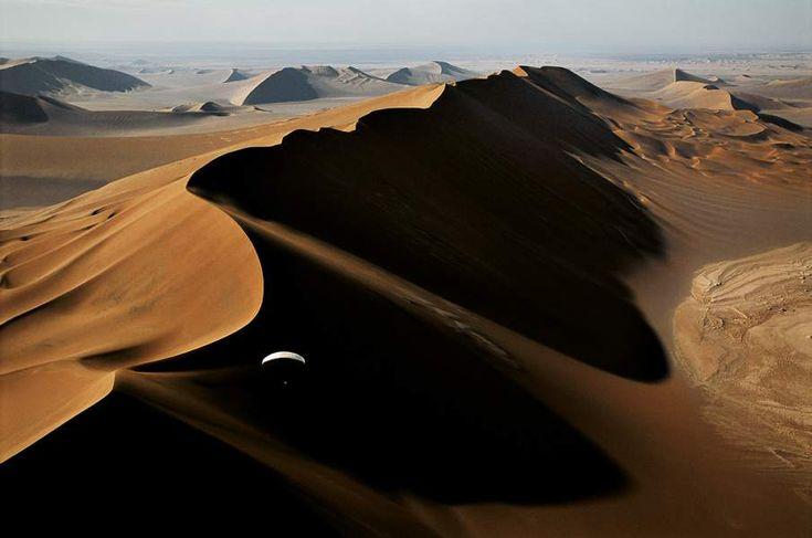 Alain Arnoux pilote son paramoteur dans des vents traîtres, le long d'une énorme dune du grand désert de Lut, en Iran. Le champion français a épaulé le photographe George Steinmetz dans plus d'une