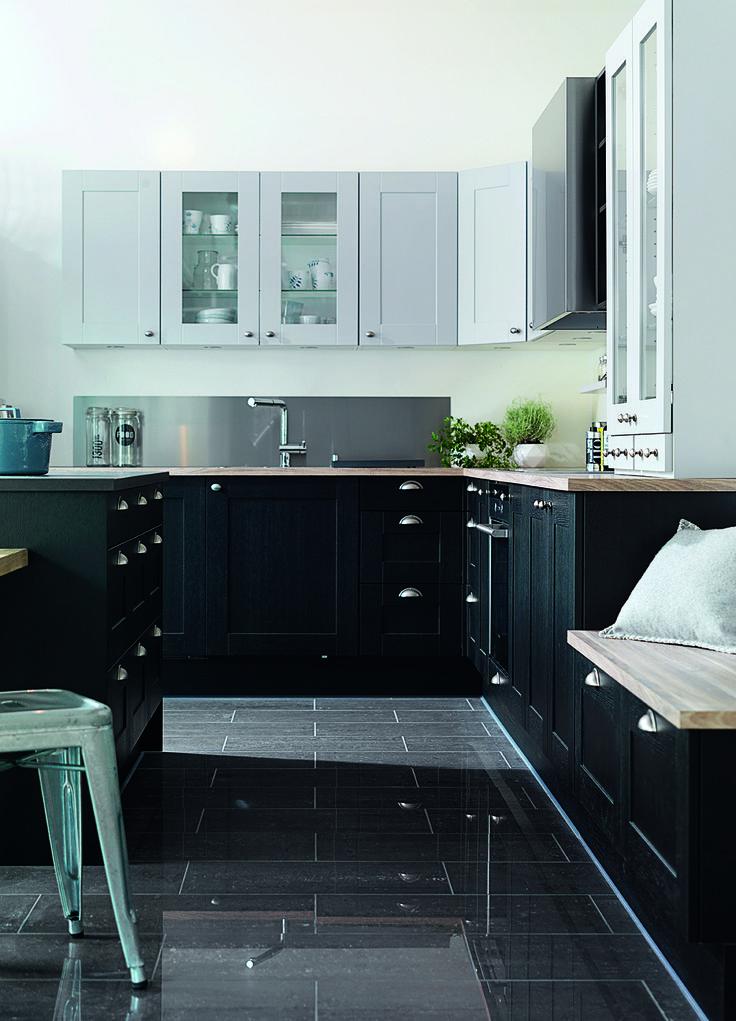 Naturens farver gentages i det klassiske køkken i shaker-stil på Askøy i Norge. Grå og sorte farver er sat sammen i et afstemt miks med sten, massivtræ og keramik.