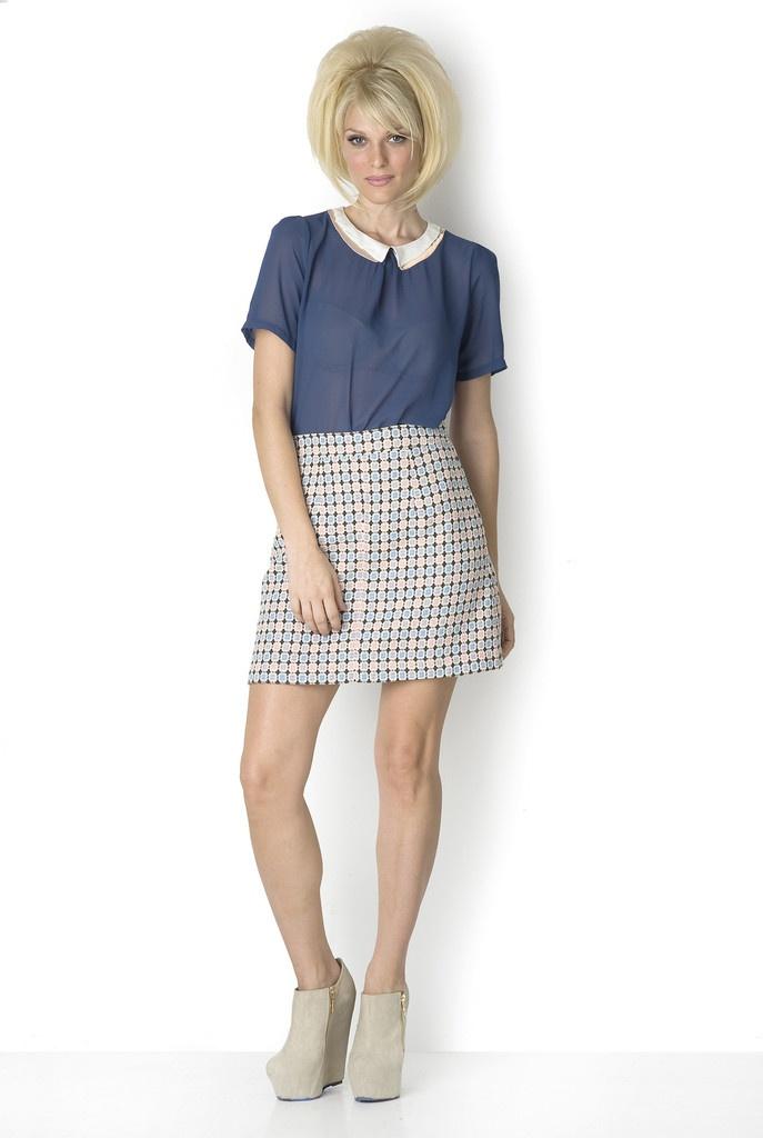 ΜΠΛΟΥΖΑ ΜΠΛΕ ΜΕ ΓΙΑΚΑ -  Φοριέται το ίδιο άνετα με μίνι φούστα, τζιν ή και με ψηλόμεση παντελόνα.