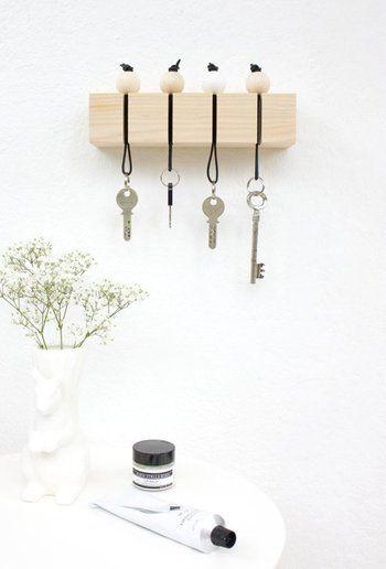 キーホルダーもユニークなものがあります。紐の部分がそのまま引っ掛けられるので便利ですね。また、目につきやすい位置に置くと、今どの鍵が不在かがわかりやすいです。