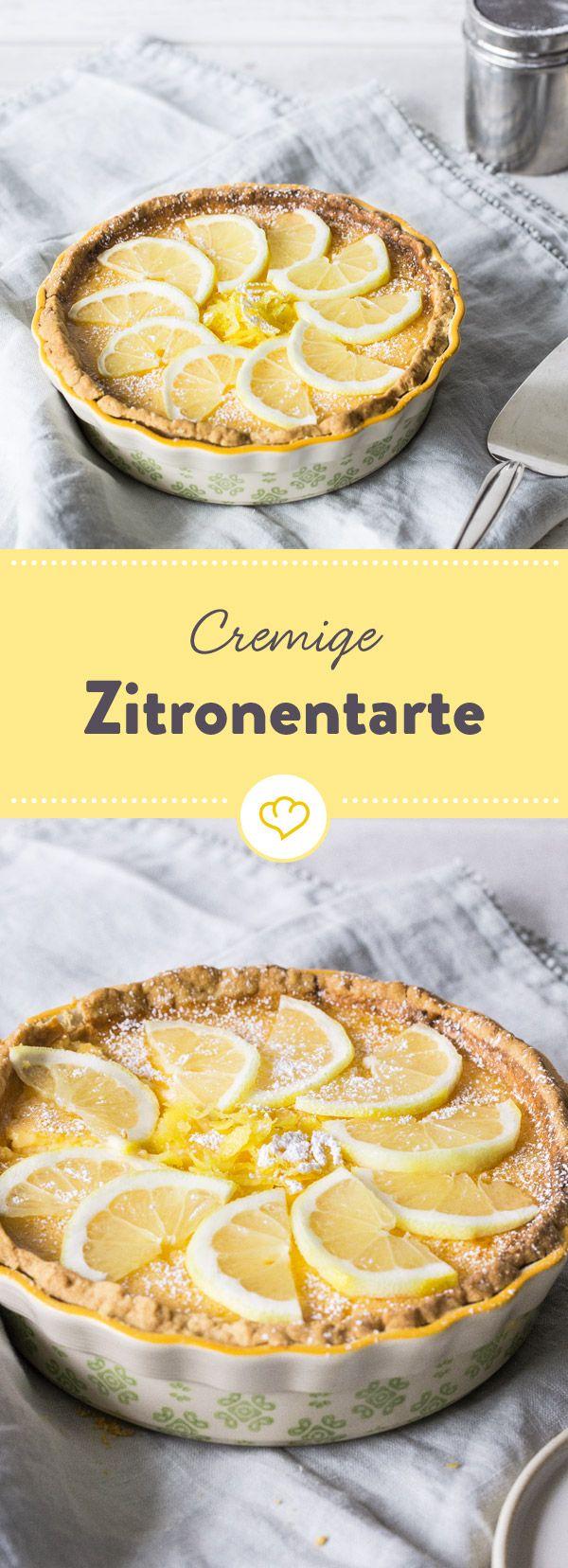 Träum dich ans Mittelmeer! Mit dieser fruchtigen Zitronentarte mit knusprigem Boden und leckerer Zitronencreme fühlst du dich ganz schnell wie im Urlaub.