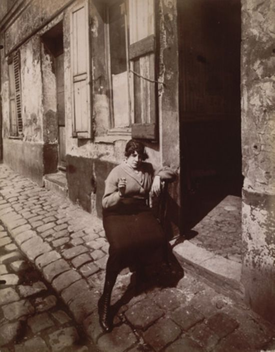 Eugène Atget. La Villette, fille publique faisant le quart 1921