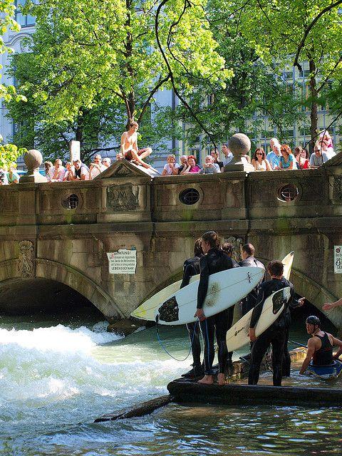 Surfer an der Eisbachwelle am Haus der Kunst.