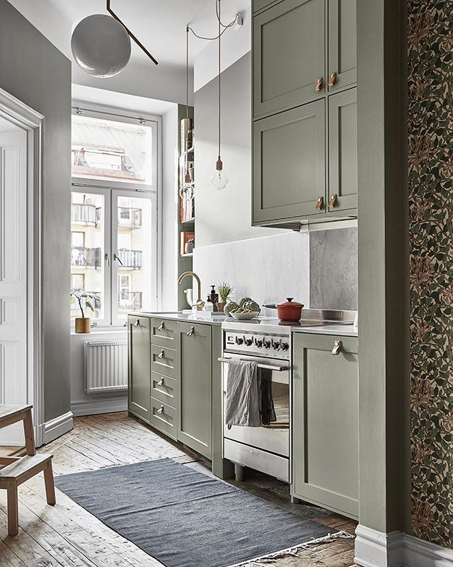 Det finns kök – och så finns det kök som det här helt magnifika.  Grönt, harmoniskt men samtidigt tidlöst och modernt.  På elledecoration.se (länk i profil) har vi samlat ett gäng gröna köksfavoriter som vi inte kan få nog av just nu. ✨ Foto: @fotografjonasgustavsson, styling: @charlottefreysviden. #elledecorationse