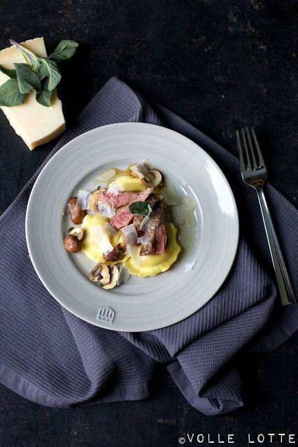 Gefüllte Pasta mit Ziegenkäse und karamellisierten Zwiebeln an Champignons, Rind, Salbei, Trüffelöl und Parmesan
