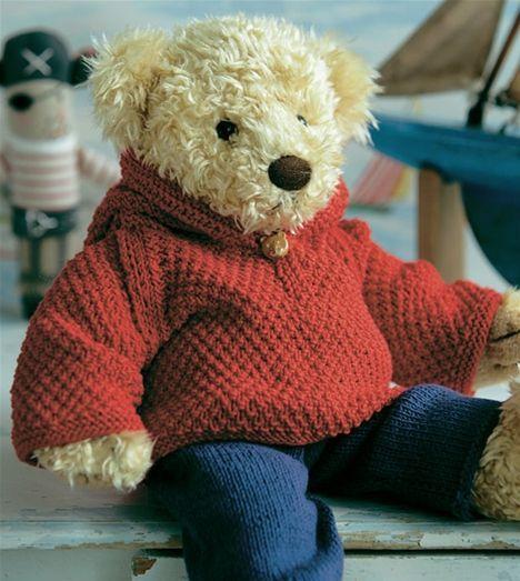 De blå bukser er de samme som til det fine drengetøj. Her er de sat sammen med en hættetrøje pyntet med en fin bamseknap.