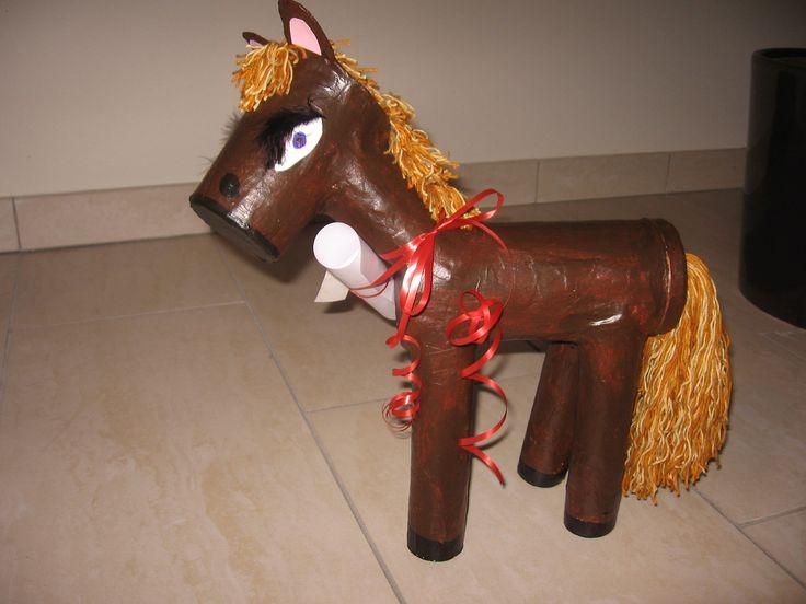 paard voor surprise (van pringelsblik en keukenrollen)