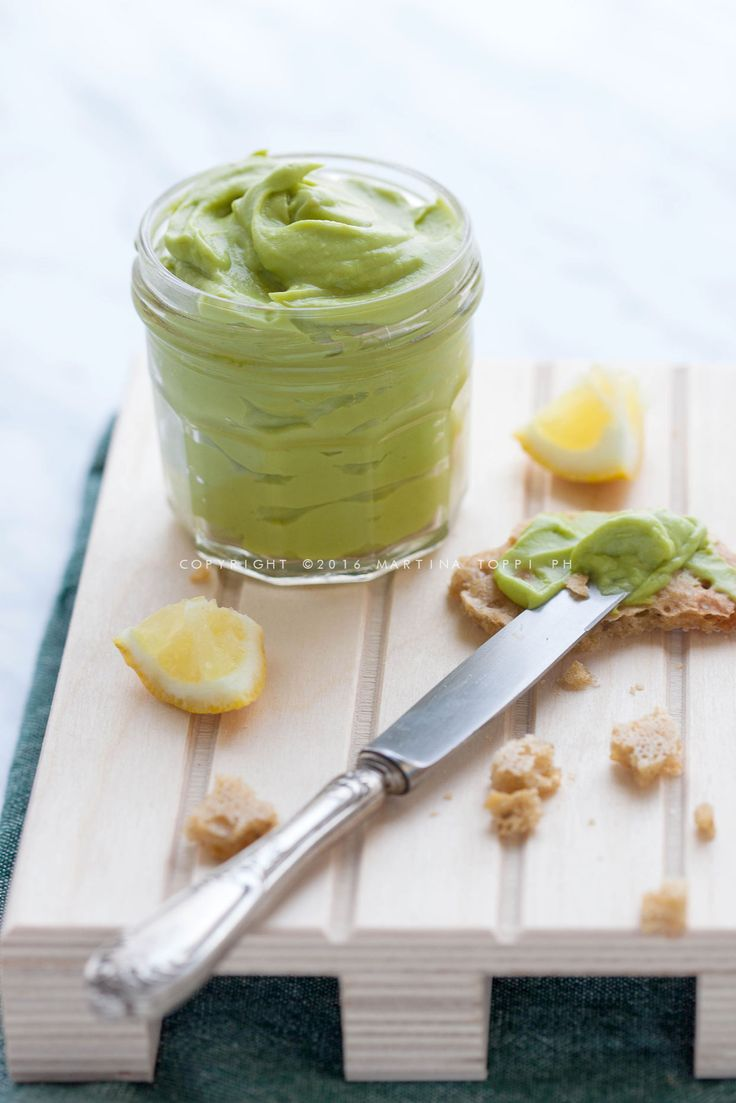 La maionese vegana di avocado è una finta maionese senza uova e meno calorica; è indicata per intolleranti, oltre ad avere un buonissimo sapore.
