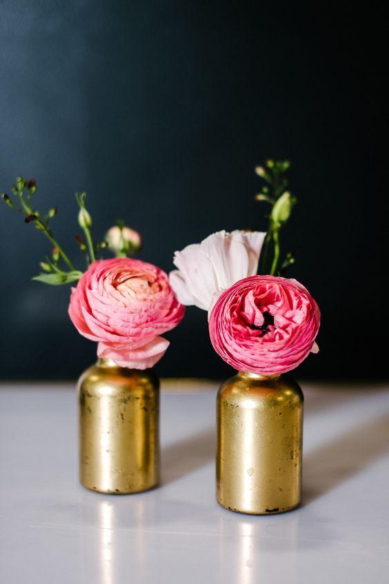 arranjo com rosas em vaso dourado