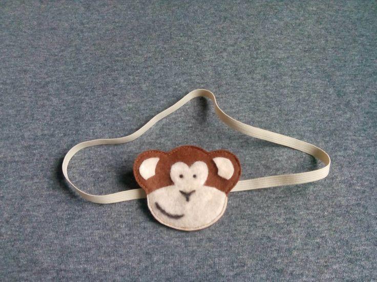Opaska małpka wykonana z filcu na delikatnej elastycznej taśmie, wym 6,5x5cm.