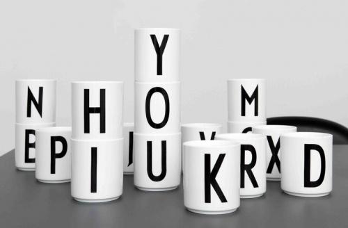 Krus med Arne Jacobsen typografi fra 1937, i porselen. Hviit.no
