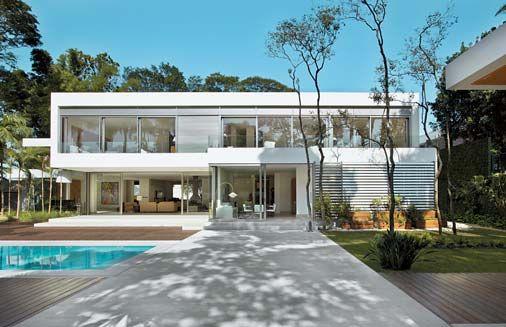 Painéis de vidro integram esta casa urbana ao jardim - Casa