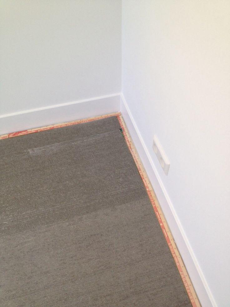 Deze ondervloer wordt morgen voorzien van tapijt. Wat je nu ziet is ondertapijt en spijkerlatten. Hierop ga ik morgen het tapijt spannen. http://vandenberg-vloeren.nl/tapijt-spannen/ 