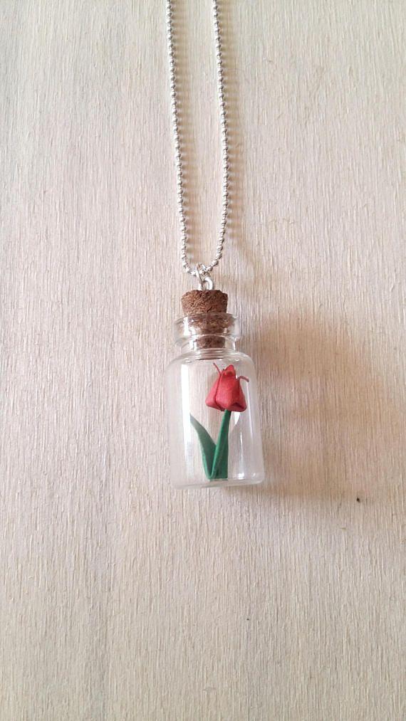 Tulipano origami, Pendente con bottiglia di vetro, Collana con tulipano, Tulipano di carta, Collana con tulipano in miniatura