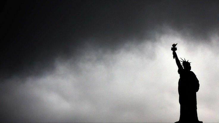 AMENAZA. La estatua de la Libertad en Nueva York bajo un cielo gris con pronóstico de lluvias y tormenta. (18/10/2014). (AFP)