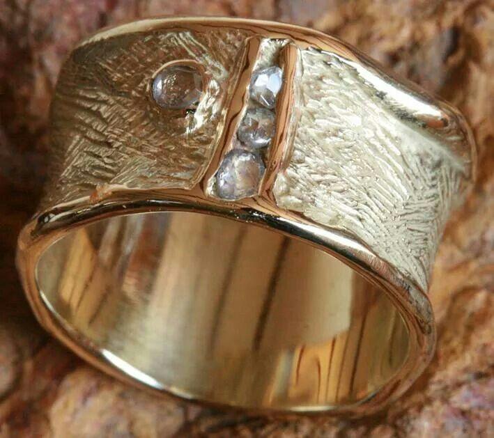 14 krt gouden ring met roos geslepen diamant. ......