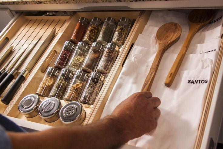 SANTOS kitchen | Cocina de diseño Intra. Detalle de cuchillero y especiero