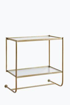 Ellos Home Sängbord Thelma Sängbord som fästs på väggen. Av mässingsfärgad metall med två hyllplan av glas. <br><br>Mått: 53x30 cm. Höjd ca 51 cm. Avstånd mellan hyllplanen ca 31 cm. Levereras monterat. <br><br>