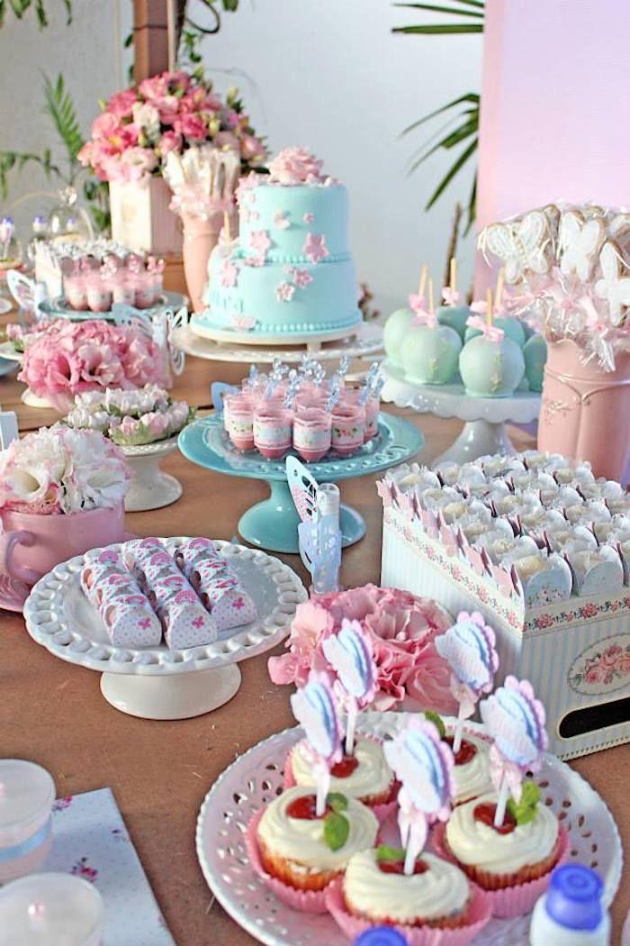 Decoração da mesa de doces da festa das flores e borboletas