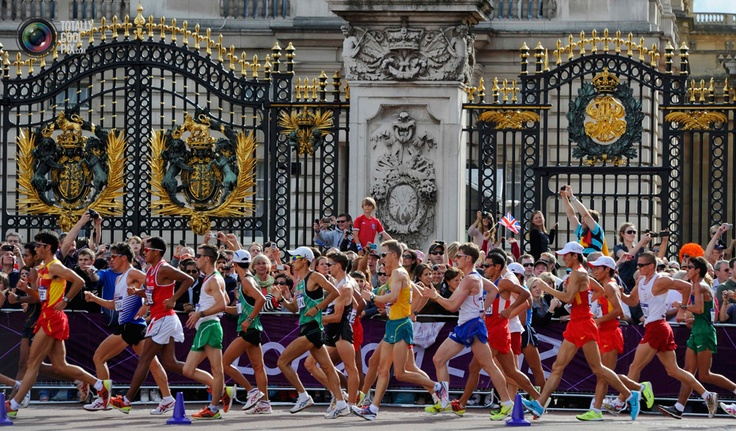 Athletes walk past the gates of Buckingham Palace during the men's 20km race walk final at the London 2012 Olympic Games at The Mall . PAUL HACKETT/REUTERS