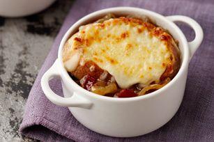 Dans cette délicieuse version de la classique soupe à l'oignon gratinée, il faut faire sauter les oignons jusqu'à ce qu'ils soient dorés. Ensuite, il suffit d'ajouter un peu de bacon pour en rehausser la saveur.