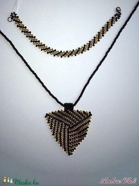 Fekete - Arany fűzött gyöngy nyaklánc + karkötő, háromszög medállal (AmbrusValeria) - Meska.hu