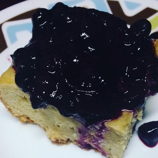 Torta de vainilla con una compota de frutos del bosque, un poquito de acidez resalta el sabor dulce y suculento de la torta #YSiSeMeAntojaLoPreparo