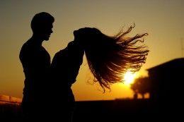 Обои Рассветы и закаты Мужчины Влюбленные пары Двое Лучи света Волосы Девушки