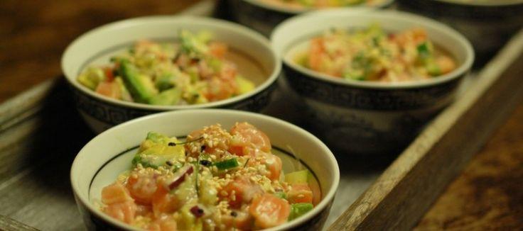 Poke met rauwe zalm, avocado en glasnoedels