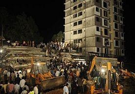 5-Apr-2013 7:21 - ZEKER 27 DODEN DOOR INSTORTEND GEBOUW INDIA. Zeker 27 mensen zijn donderdagavond overleden toen een illegaal gebouwd appartementen- en kantorencomplex instortte in een voorstad van de het Indiase Mumbai. Dat maakte de politie vrijdag bekend.