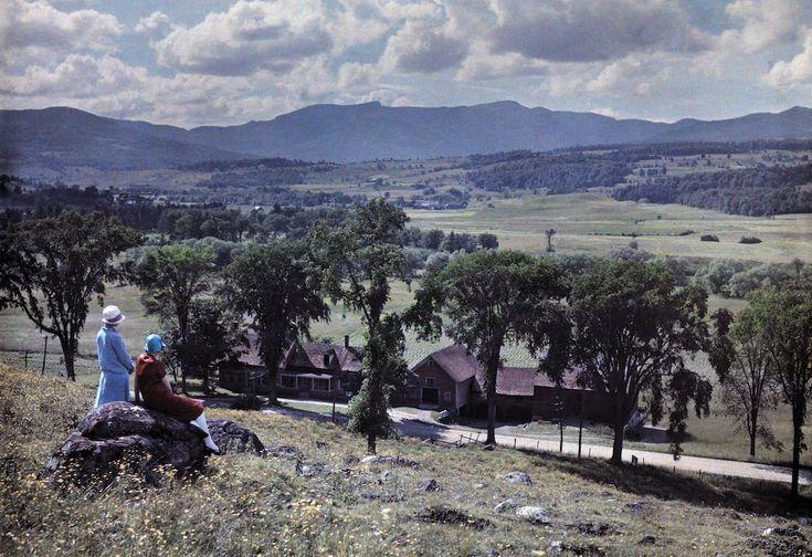1927. Стоу, штат Вермонт – две женщины смотрят на запад от деревни Стоу к горе Мэнсфилд.