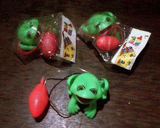 Mainan jadul kodok loncat yang cara memainkannya dipencet-pencet bola rubgy nya.