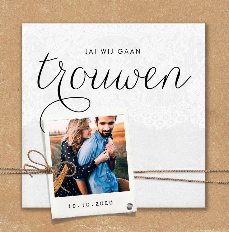 Stoere, vintage trouwkaart met kraft achtergrond, polaroid en label.